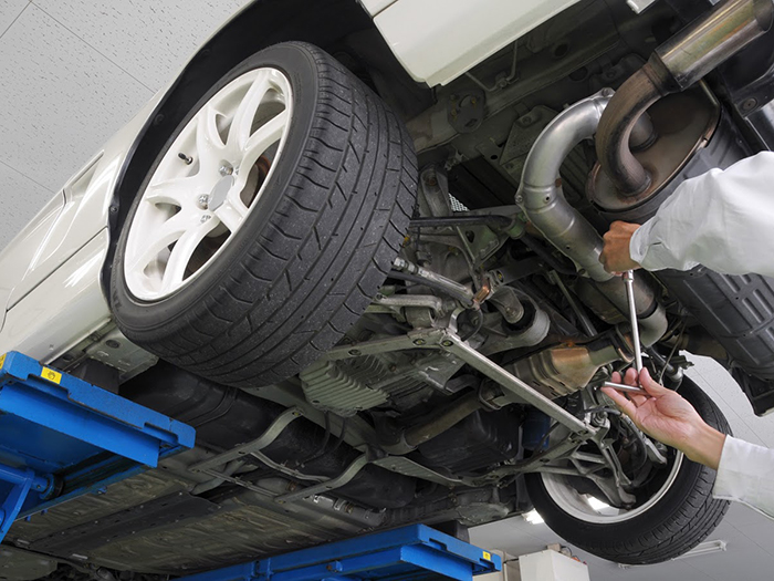車の修理をしているスタッフ